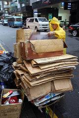 Hong Kong  China  Frau stapelt alte Kartons