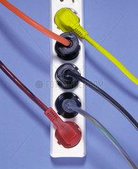 Steckdose mit verschiedenfarbigen Steckern