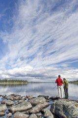 Paar blickt ueber den See Rogen  Naturreservat Rogen  Haerjedalen  Schweden  August
