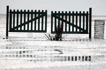 Cuxhaven  Deutschland  Holztor im Wattenmeer