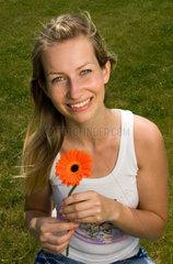 Berlin  junge Frau mit Blume