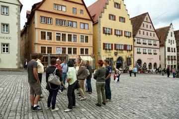 Rothenburg ob der Tauber  Deutschland  eine Reisegruppe macht eine Stadtfuehrung