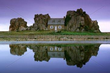 Le Gouffre Haus zwischen Felsen Bretagne