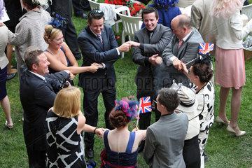 Ascot  Grossbritannien  Maenner und Frauen bilden einen Kreis und halten sich an den Haenden
