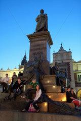 Krakau  Polen  Junge Leute am Denkmal Mickiewiczs am Hauptmarkt