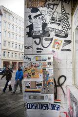 Berlin  Deutschland  ein zugeklebter Zigarettenautomat und eine Collage an der Hauswand