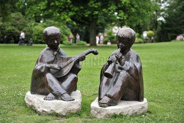 Bad Zwischenahn  Deutschland  Figuren des Kuenstlers Fred Gerz stehen im Kurpark von Bad Zwischenahn
