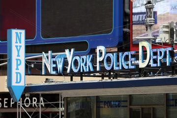 New York  USA  Schriftzug des New York Police Department am Times Square