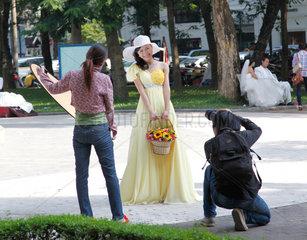 Hanoi  Vietnam  Fotoshooting fuer Brautmode am Hoan-Kiem-See