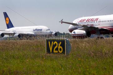Duesseldorf  Deutschland  der Airbus A380 von Lufthansa und ein Flugzeug von AirBerlin