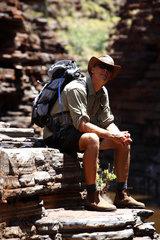 Tom Price  Australien  Wanderer in der Joffre Schlucht im Karijini Nationalpark