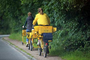 Hamburg  Deutschland  Postboten der Deutschen Post AG auf ihren Fahrraedern unterwegs