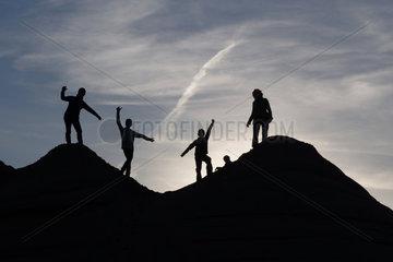 Schependorf  Deutschland  Silhouette  Menschen stehen auf Huegeln aus Sand