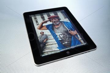 Hamburg  Deutschland  Fotos anschauen mit dem iPad von Apple