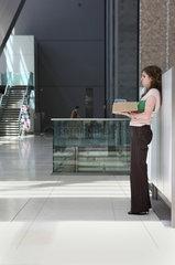 New York City  USA  Frau wartet mit ihrem Lunchpaket