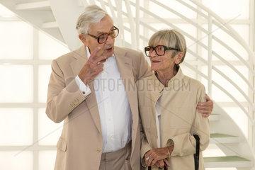 Berlin  Deutschland  Sir Kenneth Adam  Szenenbildner  mit seiner Frau Letizia