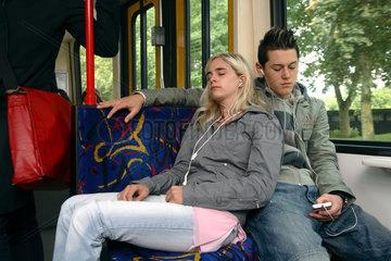 Essen  Jugendliche in der S-Bahn hoeren Musik