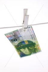 Berlin  Deutschland  50 Schweizer Franken an einer Waescheleine