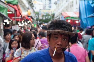 Singapur  Republik Singapur  Raucher auf einem Strassenmarkt in Chinatown