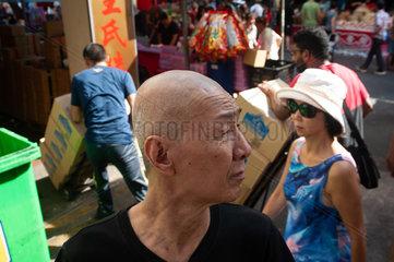 Singapur  Republik Singapur  Mann auf einem Strassenmarkt in Chinatown