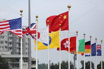 Hongkong  China  Nationalflaggen verschiedener Laender wehen im Wind