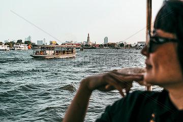 Bootsfahrt auf Chao Phraya Fluss mit Wat Arun im Hintergrund