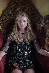 Junge Frau auf einem Thron