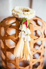 Blumengirlande Dekoration fuer Buddha