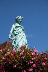 Markirch  Frankreich  Frauenskulptur an der Fontaine de la Jeune Fille