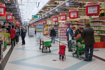 Sigolsheim  Frankreich  Menschen im Cora Hypermarkt