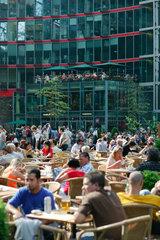 Berlin  Touristen im Atrium im Sony-Center