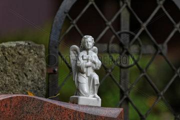 Berlin  Deutschland  Porzellanengel auf einem Grabstein auf dem Alten Luisenfriedhof