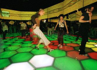 Besucher einer Multimediainstallation auf der Expo 2002