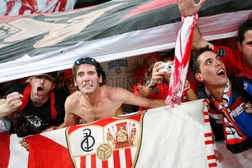 Madrid  Fans des Sevilla FC im Santiago Bernabeu-Stadion