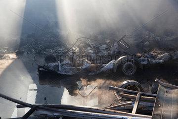 Berlin  Deutschland  abgebrannte Bootstrailer in der Lagerhalle