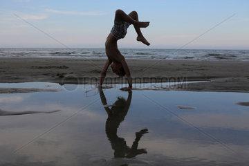 Cocoa Beach  USA  Junge macht am Strand einen Ueberschlag