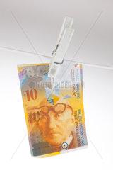 Berlin  Deutschland  10 Schweizer Franken an einer Waescheleine