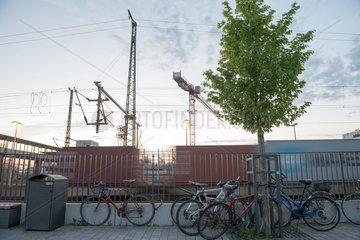 Bahnsteige  Hochspannungsleitungen  Schilder