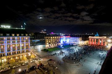 Berlin  Deutschland  Pariser Platz bei Nacht waehrend des Festival of Lights 2010
