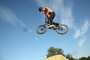 Hoyerswerda  Deutschland  BMX Fahrer beim Dirtjump