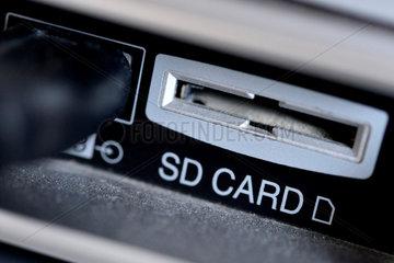 Hannover  Deutschland  Detailansicht des SD-Kartenfachs eines Fernsehgeraets