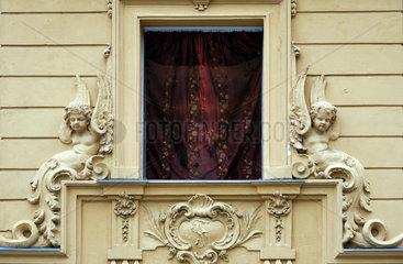 Berlin  Deutschland  telefonierender Mann hinter einem roten Vorhang