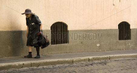 Rom  Eine alte Frau geht durch die Strassen von Rom
