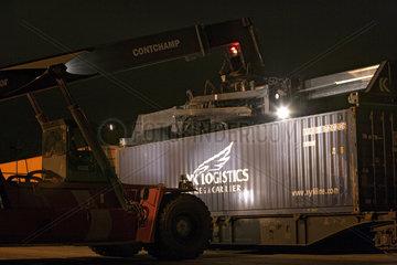Nachtschicht im Containerhafen