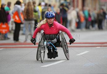 Berlin  Deutschland  Rollstuhlfahrerin bei der Teilnahme am Marathon