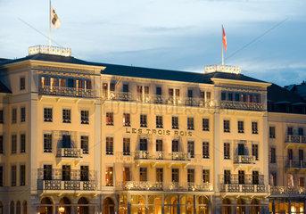 Basel  Schweiz  das beruehmte Hotel Des Trois Rois am Abend