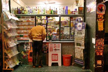 Essen  Deutschland  ein Mann steht nachts am Buedchen