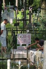 Sopockin  Weissrussland  ein Grab wird auf einem ueberwiegend kathol. Friedhof neu angelegt
