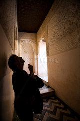 Granada  Spanien  Besucherin auf der Alhambra