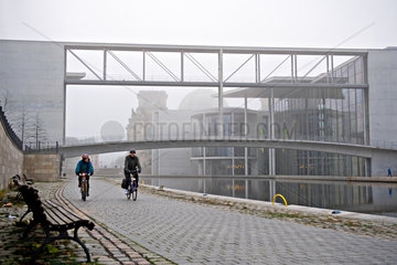 Berlin  Deutschland  Radfahrer an der Spree im Regierungsviertel